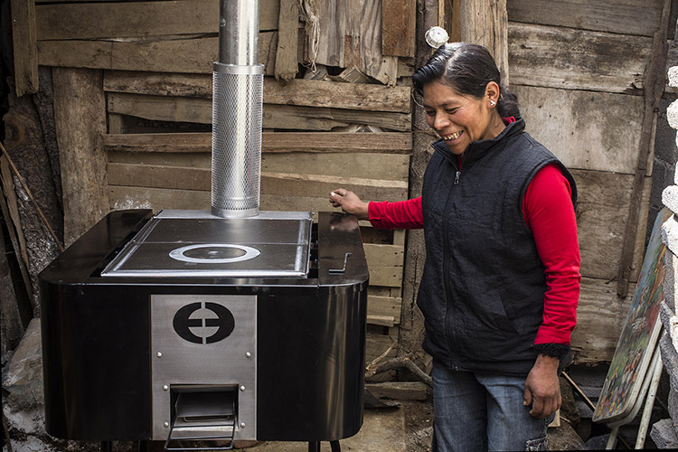 The Vida Mejor program is committed to delivering safe medicine, water filters, home gardens, cement floors and plancha clean cookstoves to many of the poorest families in Honduras.