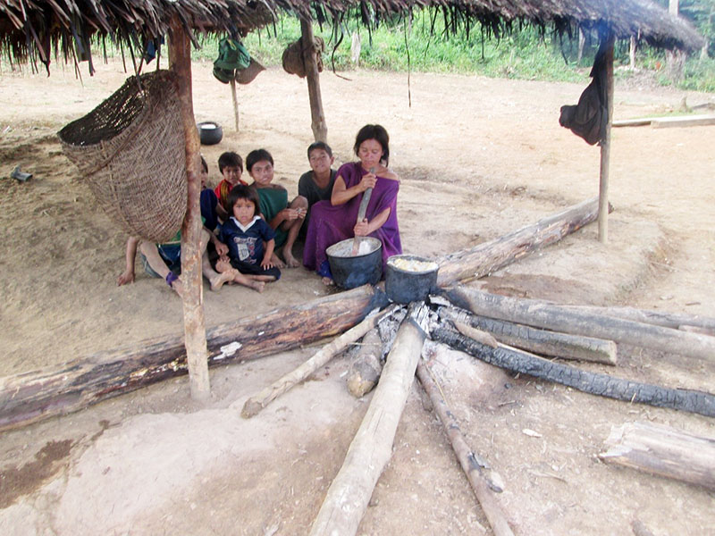Ashaninkas family cooking in the Peruvian Amazon